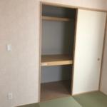 1階和室の収納スペース。1間幅の広めのスペースは利用用途多数です。(収納)