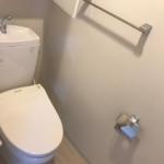室内(2019年年8月)撮影 ウォシュレット付のトイレ。ちょっとした壁付け収納はうれしい設備です。(トイレ)