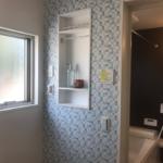1号棟洗面所 壁付けのちょっとした収納が便利です(洗面)