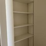 玄関横の稼働棚付き収納スペース。ちょっとした収納でも嬉しいスペースとなります。(収納)