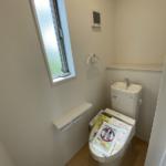 1階2階ウォシュレット付き。1階トイレには壁付け収納あり便利です。(トイレ)