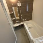 足の伸ばせる1坪タイプの浴室で、毎日の疲れを癒せそうです。(バス)